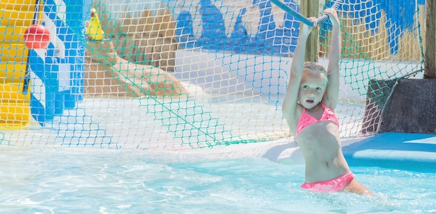 Kind op waterglijbaan bij aquapark. zomervakantie.