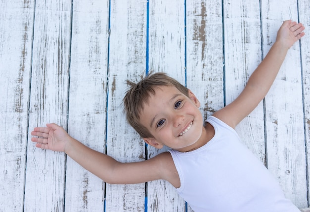 Kind op witte houten achtergrond