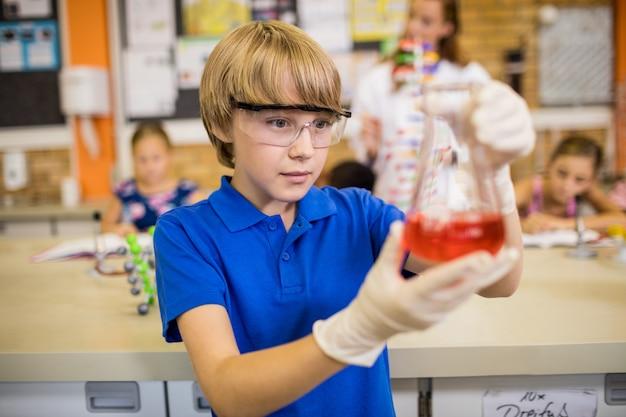 Kind poseren met een chemische vloeistof