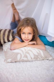 Kind rusten op comfortabele kussens