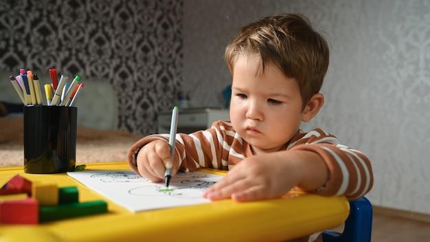 Kind schildert een kleurboek