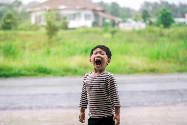 Kind schreeuwde op een regenachtige dag.
