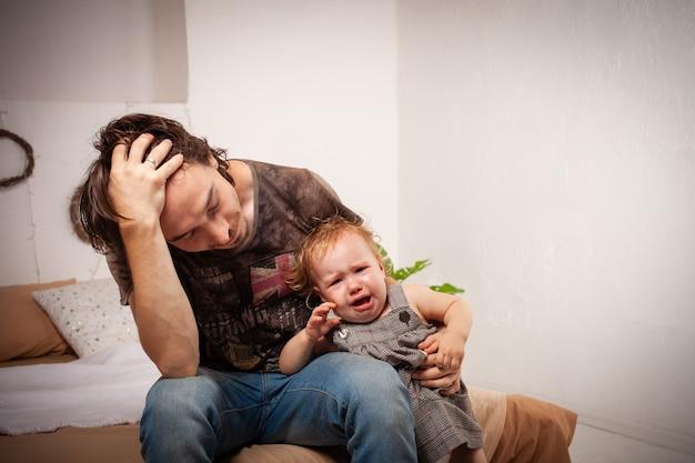Kind schreeuwt, hysterisch. de ouder is geïrriteerd, moe
