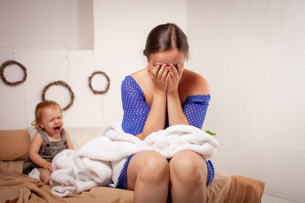 Kind schreeuwt hysterisch. de vrouw is het huilen van het kind beu