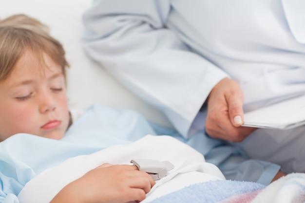 Kind slaapt op een medische bed