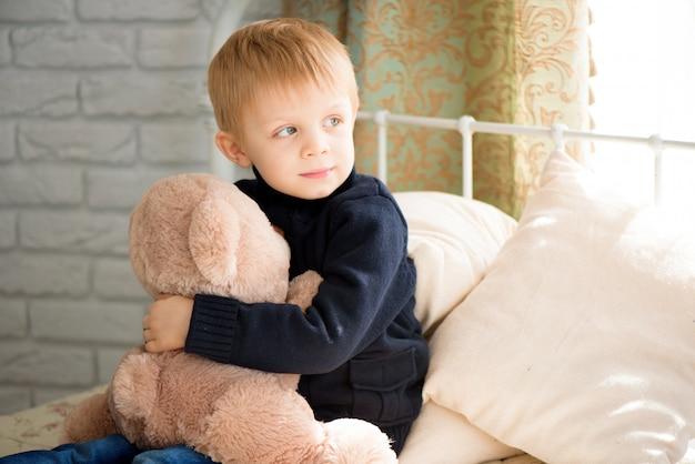 Kind speelarts met een stuk speelgoed. kinderarts voor kleuters en kleuters. pediatrische, gezondheidszorg en mensen concept