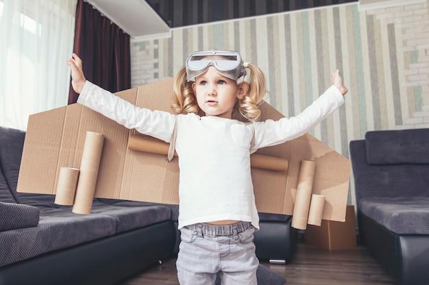 Kind speelt in het kostuum van de piloot en wil in de lucht vliegen
