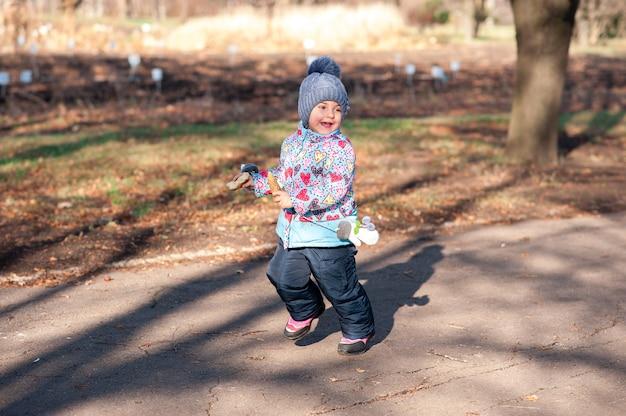 Kind speelt in het park in de herfst