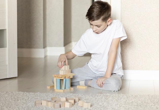 Kind speelt met houten blokken, genietend van vrije tijd