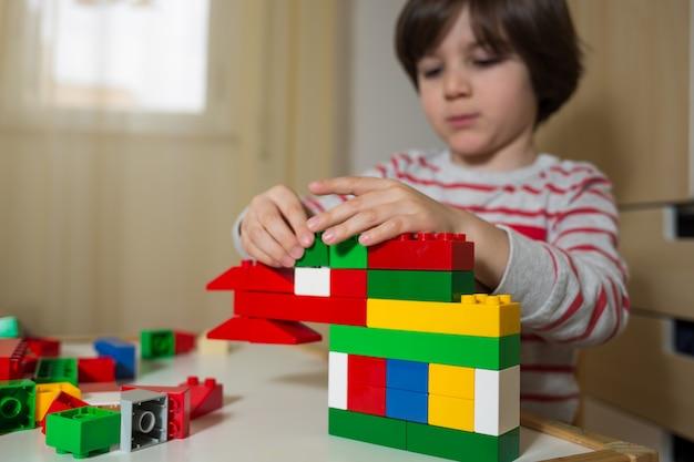 Kind speelt met speelgoed constructies