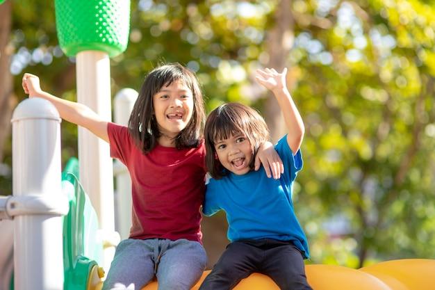 Kind speelt op de buitenspeeltuin kinderen spelen op school