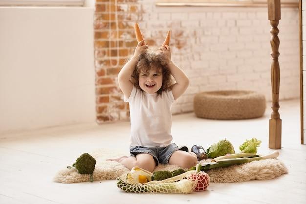 Kind spelen in de keuken