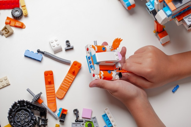 Kind spelen met blokken