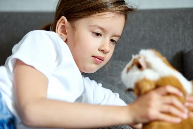 Kind spelen met cavia, verblijf quarantaine tijd kind thuis.