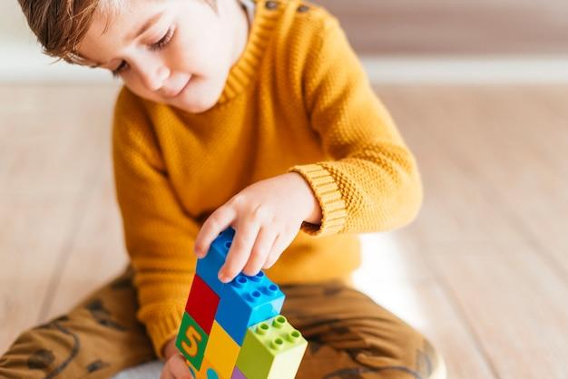 Kind spelen met kubussen