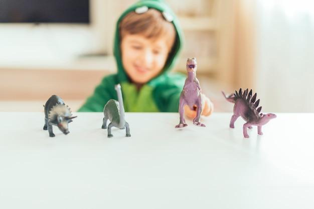 Kind spelen met speelgoed dinosaurussen