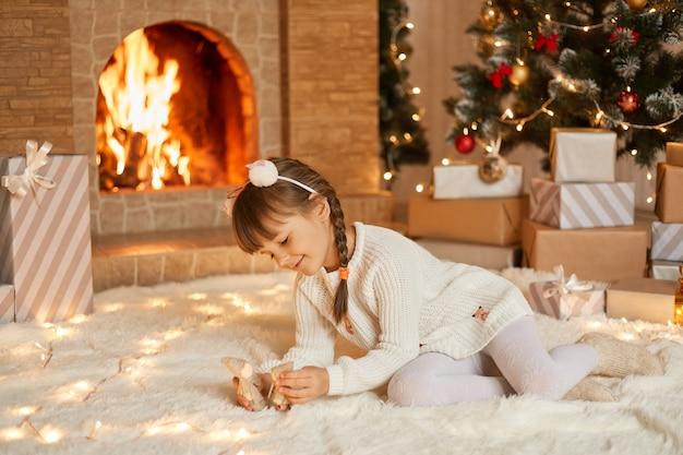 Kind spelen met speelgoed op kerstochtend