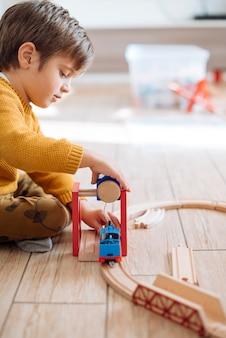 Kind spelen met speelgoed trein
