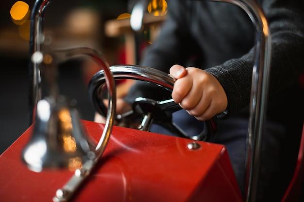 Kind spelen met speelgoedauto
