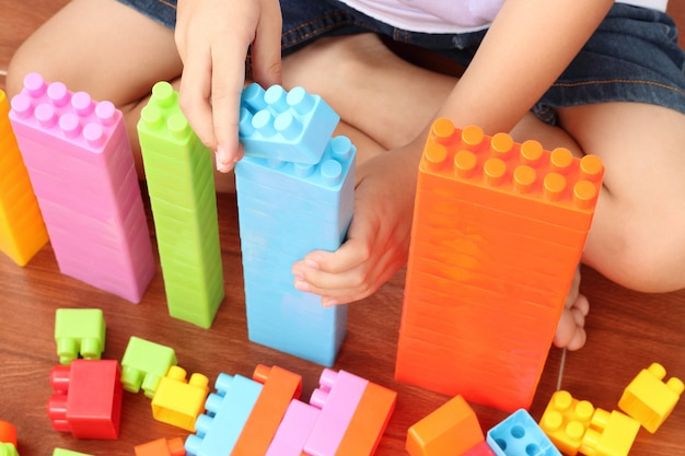 Kind spelen met veelkleurige blokken in het huis