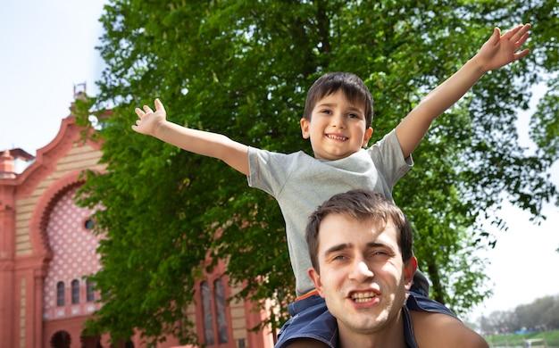 Kind spelen met zijn vader