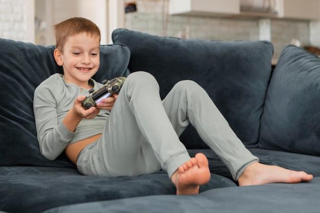 Kind spelen op een videogame