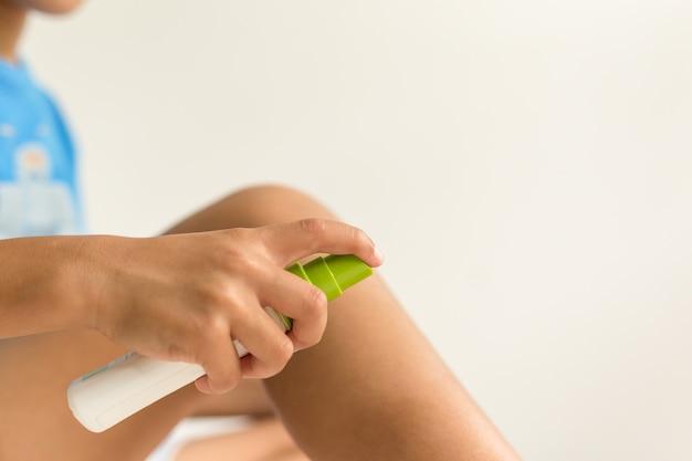 Kind sproeien mug insectenbeten op zijn been