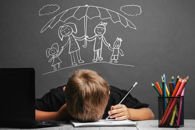 Kind studeert op afstand op school. terug naar school