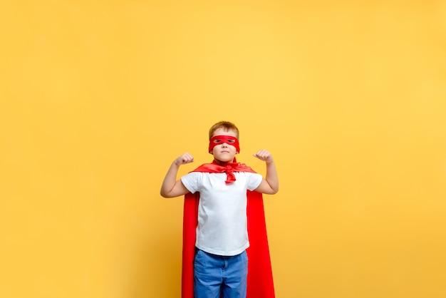 Kind superheld kostuum op de achtergrond