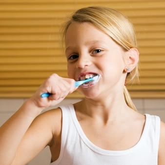 Kind tanden poetsen