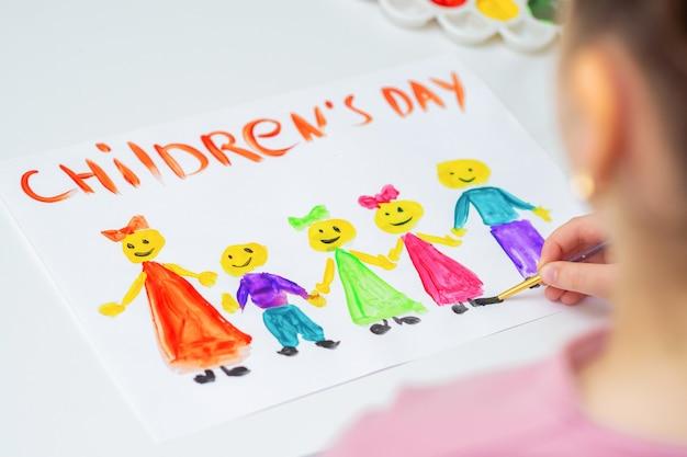 Kind tekent de verschillende kinderen met woorden children's day voor de vakantie happy children's day.