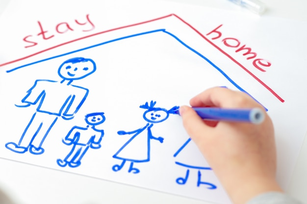 Kind tekent een silhouet van een gezin