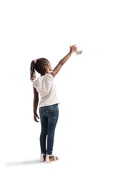 Kind tekent op de muur met spray