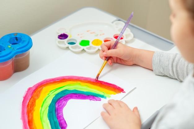 Kind tekent regenboog