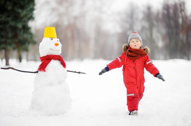 Kind tijdens wandeling in een besneeuwde winter park