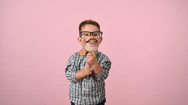 Kind toont mond met vergrootglas. hoge kwaliteit foto