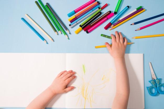 Kind trekt blauwe baclground bovenaanzicht