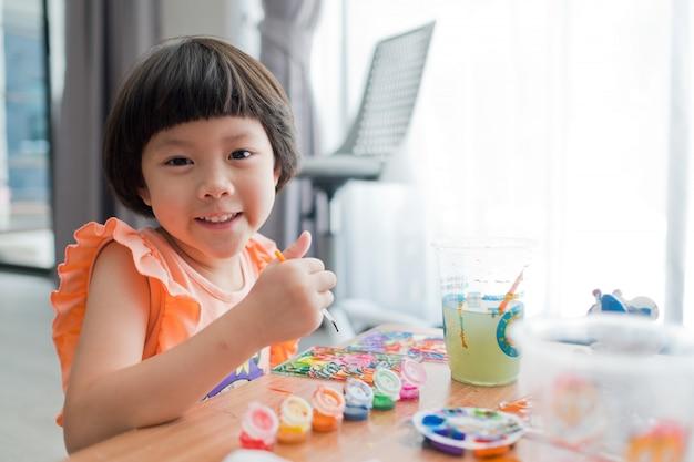 Kind verf kleur op papier, onderwijs concept