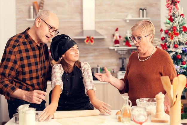 Kind verrassende grootouder op eerste kerstdag