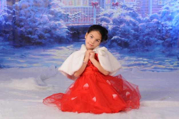 Kind viert kerstmis in de sneeuw