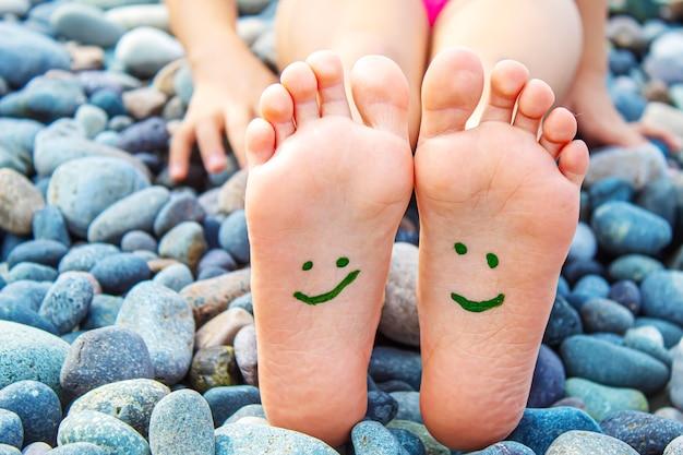 Kind voeten geschilderd met verf op de zee. selectieve aandacht.
