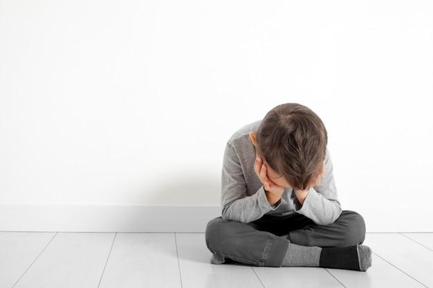 Kind wiens depressie op de grond zit
