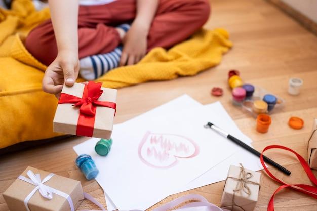 Kind wordt omringd door verschillende hobby-elementen