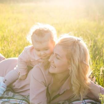 Kind zittend op de rug van moeder en gelukkig