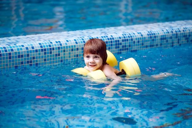 Kind zwemt in het zwembad