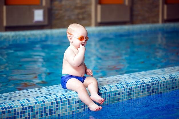 Kind zwemt in het zwembad.