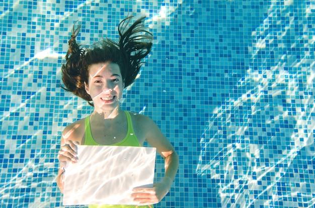 Kind zwemt onder water in zwembad gelukkig actief tienermeisje duikt en heeft plezier onder water