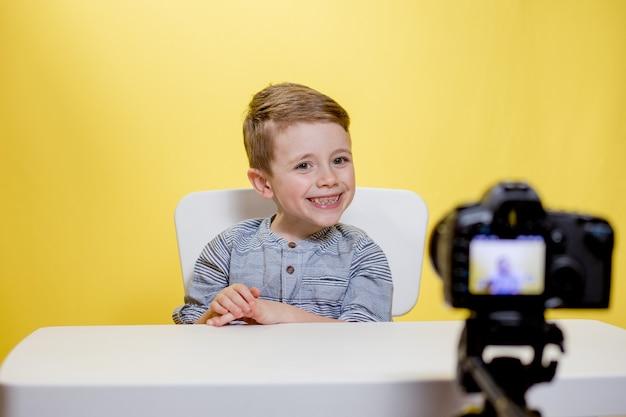 Kindblogger maakt thuis een video-opname van zijn vlog