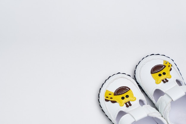 Kinder sneakers op een witte achtergrond. jongensschoenen bespotten
