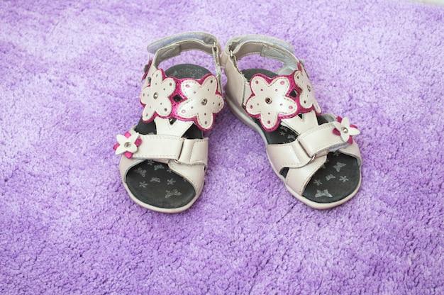 Kinder zomer sandalen op lila tapijt